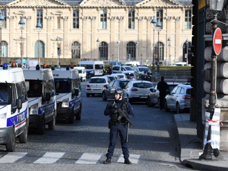 Un policier devant le Louvre, le 3 février 2017    ALAIN JOCARD [AFP]
