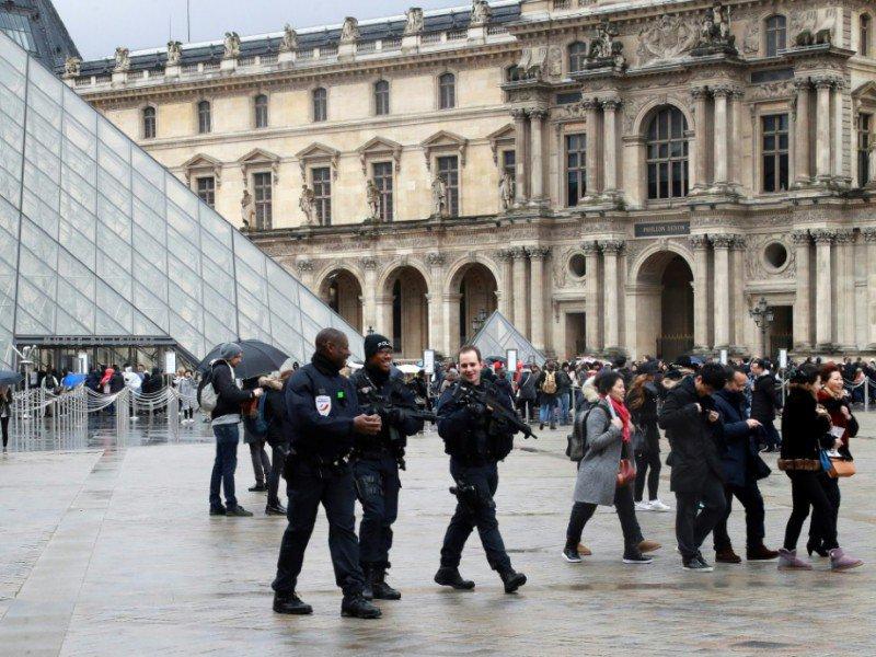 Forces de sécurité déployées le 4 février 2017 à l'entrée du Louvre à Paris    JACQUES DEMARTHON [AFP]