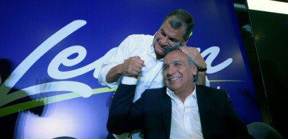 Le président sortant Rafael Correa félicite Lenin Moreno au soir du premier tour de la présidentielle, le 19 février 2017 à Quito    RODRIGO BUENDIA [AFP]