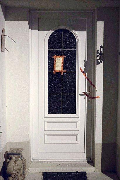 Des scellés ont été posés par les enquêteurs sur les volets, la porte d'entrée, sur la porte du garage au rez-de-chaussée, sur le portail et sur la boîte aux lettres du pavillon    JEAN-SEBASTIEN EVRARD [AFP]