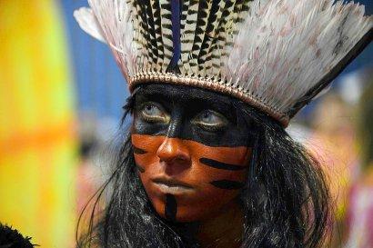 Un danseur d'une école de samba danse lors du carnaval de Rio de Janeiro le 26 février 2017 - VANDERLEI ALMEIDA [AFP]