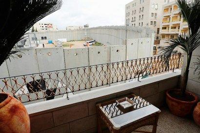 """La vue d'une chambre de l'hôtel """"Walled Off """", récemment ouvert par Banksy à Bethléem dans les Territoires palestiniens et jouxtant le mur de séparation construit par Israël, le 3 mars 2017    Thomas COEX [AFP]"""