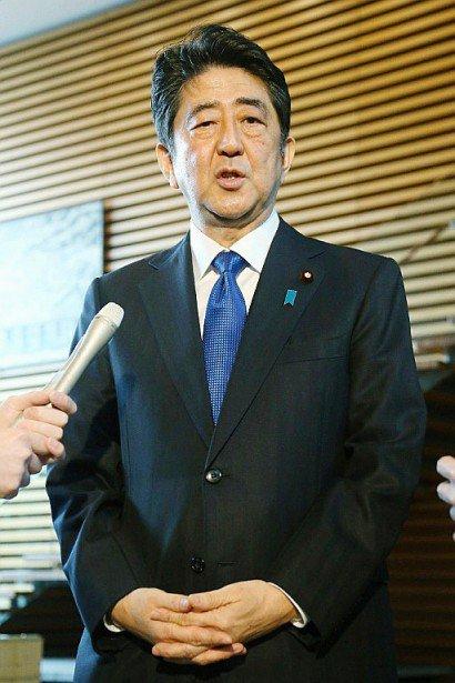 Le Premier ministre japonais Shinzo Abe a déclaré lors d'un point presse que trois missiles étaient tombés en mer dans la zone économique exclusive (ZEE) du Japon, le 6 mars 2017 à Tokyo - STR [JIJI PRESS/AFP]