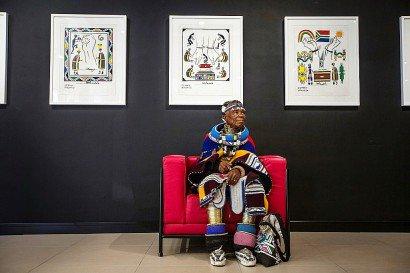 Dans son Afrique du Sud natale, le talent d'Esther Mahlangu a tardé à éclore. L'artiste maintient que la quête de célébrité n'a jamais inspiré son travail artistique. - GULSHAN KHAN [AFP/Archives]