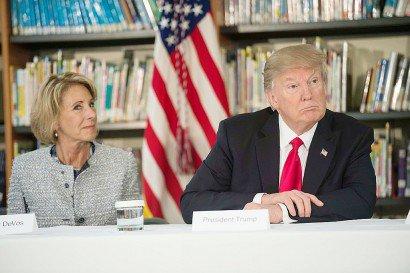 La ministre américaine de l'Education Betsy DeVos et le président Donald Trump à Orlando, en Floride, le 3 mars 2017    NICHOLAS KAMM [AFP]