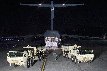 Les premiers éléments du bouclier antimissile américain THAAD sont déchargés sur Osan Air Base, base de l'US Air Force en Corée du Sud près de la ville d'Osan, le 6 mars 2017 - Handout [US FORCES KOREA/AFP]