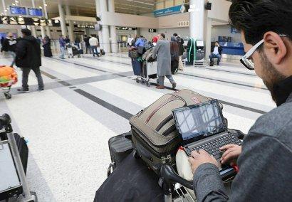 Un passager syrien devant son ordinateur portable avant de prendre son vol pour les Etats-Unis à Amman, le 22 mars 2017 - ANWAR AMRO [AFP]