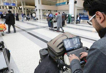Un passager syrien devant son ordinateur portable avant de prendre son vol pour les Etats-Unis à Amman, le 22 mars 2017    ANWAR AMRO [AFP]