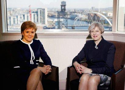 La Première ministre écossaise Nicola Sturgeon  et la Première ministre britannique Theresa May le 27 mars 2017 à Glasgow    RUSSELL CHEYNE [POOL/AFP]