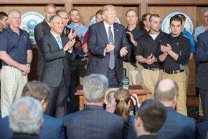 """Entourés de mineurs Trump s'applaudit après avoir signé le """"décret sur l'indépendance énergétique"""" qui ordonne un réexamen du """"Clean Power Plan"""", qui impose aux centrales thermiques des réductions de leurs émissions de CO2, le 28 mars 2017 à Washingt    JIM WATSON [AFP]"""