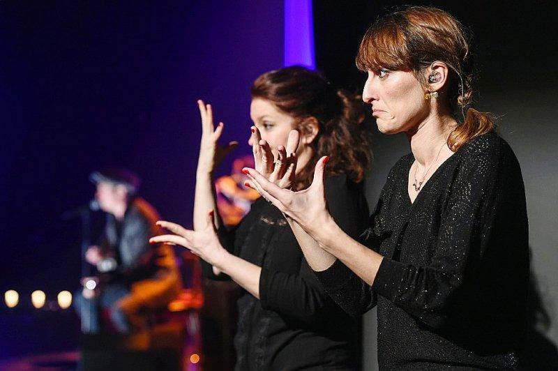 """Rachel Fréry (G) et Séverine Michel (D), du collectif """"Deux mains sur scène"""",interprètes professionnelles en langue des signes française (LSF), lors du concert d'Yves Jamait à Sausheim dans la banlieue de Mulhouse (région Grand Est) le 23 mars 2017    SEBASTIEN BOZON [AFP/Archives]"""