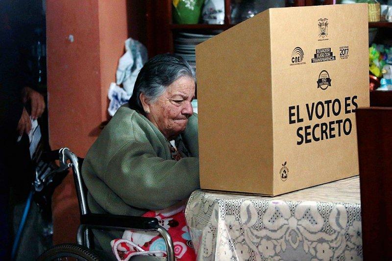 Vote à domicile pour la présidentielle  à Quito, en Equateur, le 31 mars 2017    JUAN CEVALLOS [AFP]