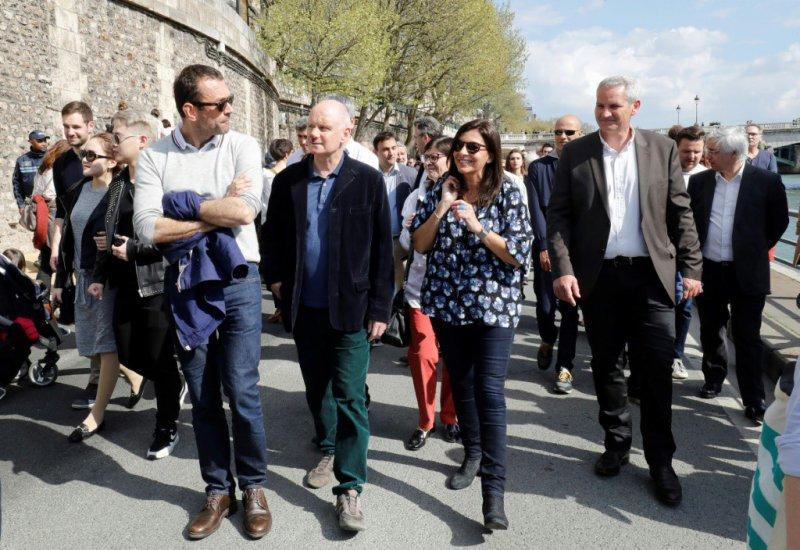 La maire de Paris, Anne Hidalgo (c) sur les quais de Seine, le 2 avril 2017    FRANCOIS GUILLOT [AFP]