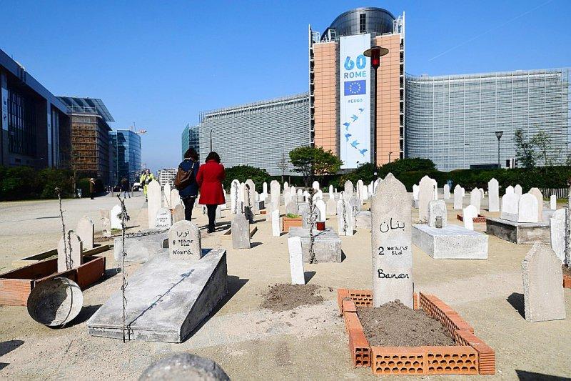 Un faux cimetière pour les enfants syriens installé par l'ONG Save the Children devant les institutions européennes, le 3 avril 2017 à Bruxelles    EMMANUEL DUNAND [AFP]