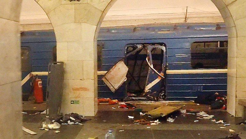 Un wagon de métro éventré après un attentat à Saint-Pétersbourg, le 3 avril 2017 - [AFP]