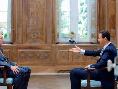 Le président syrien Bachar el-Assad (D) interviewé par le journaliste de l'AFP Sammy Ketz le 12 avril 2017 à Damas    Handout [Syrian Presidency Press Office/AFP]