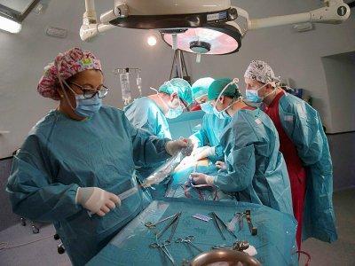 Des chirurgiens procèdent à la transplantation d'un rein pour le patient Juan Benito Druet, le 28 février 2017 à l'hôpital La Paz de Madrid    PIERRE-PHILIPPE MARCOU [AFP]