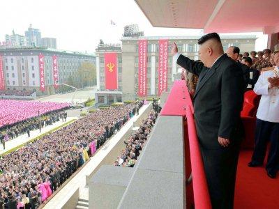 Photo du dirigeant nord-coréen Kim Jong-Un assistant à une parade militaire à Pyongyang, diffusée le 15 avril 2017 par l'agence officielle nord-coréenne KCNA - STR [KCNA VIA KNS/AFP]