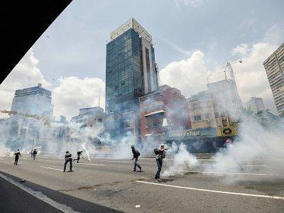 Des heurts entre des manifestants d'opposition et la police à Caracas, au Venezuela, le 19 avril 2017 - Juan BARRETO [AFP]