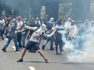 Des heurts entre militants de l'opposition et policiers à Caracas, le 19 avril 2017 - JUAN BARRETO [AFP]