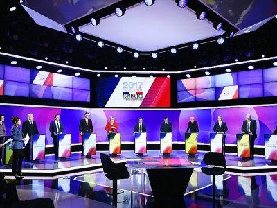 """Les onze candidats à l'élection présidentielle sur le plateau de """"15 minutes pour convaincre"""" dans les studios de France 2 à Saint-Cloud, le 20 avril 2017    Martin BUREAU [POOL/AFP]"""