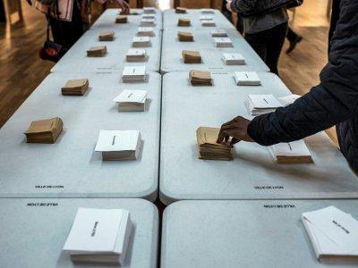 Un bureau de vote de Lyon, le 23 avril 2017    JEFF PACHOUD [AFP]
