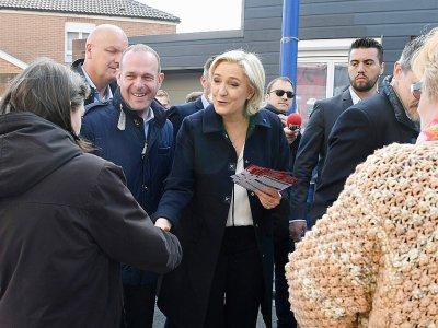 Marine Le Pen visite le marché de Rouvroy près d'Hénin-Beaumont, dans le nord, le 24 avril 2017    ALAIN JOCARD [AFP]