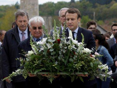 Emmanuel Macron et Robert Hebras (G), un survivant du massacre d'Oradour-sur-Glane, village martyr de la Deuxième Guerre mondiale, le 28 avril 2017    PASCAL LACHENAUD [AFP]