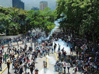Des étudiants affrontent les forces de l'ordre lors d'une manifestation à Caracas, le 4 mai 2017 - FEDERICO PARRA [AFP]