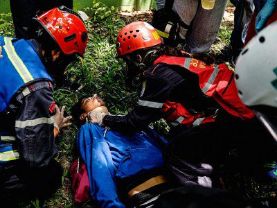 Un manifestant anti-Maduro blessé lors de heurs avec la police à Caracas le 4 mai 2017 - FEDERICO PARRA [AFP]