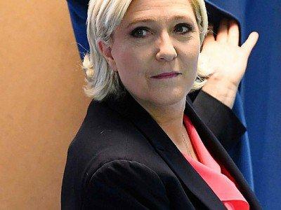 La présidente du Front national Marine Le Pen sort de l'isoloir, le 7 mai 2017 à Hénin-Beaumont (Pas-de-Calais) - ALAIN JOCARD [AFP]