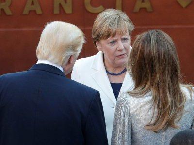 La chancellière allemande Angela Merkel discute avec le président américain Donald Trump et son épouse Melania, le 26 mai 2017 dans le théâtre antique de Taormina, en Sicille    PHILIPPE WOJAZER [POOL/AFP]