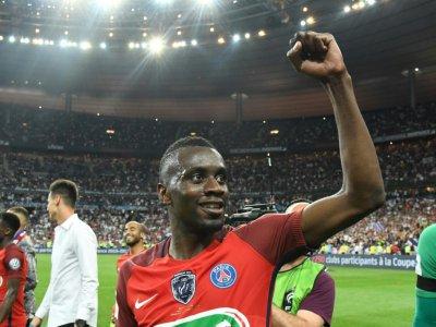 Le milieu Blaise Matuidi salue les spectateurs après la victoire du PSG en finale de la Coupe de France contre le SCO d'Angers au Stade de France, le 27 mai 2017    Jean-Francois MONIER [AFP]