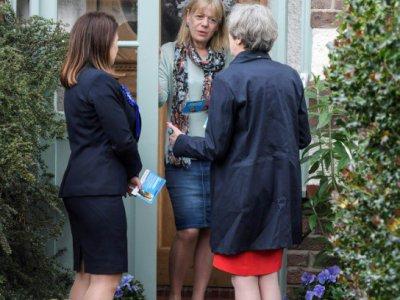 La Première ministre britannique Theresa May en campagne électorale fait du porte à porte à Ealing, dans l'ouest de Londres le 20 mai 2017    TOBY MELVILLE [POOL/AFP/Archives]
