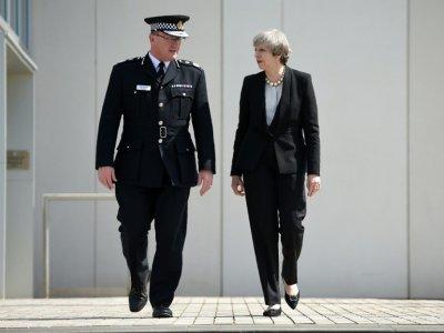 Theresa May et le chef de la police de Manchester Ian Hopkins à Manchester le 23 mai 2017 au lendemain d'un attentat suicide dans une salle de concerts    Oli SCARFF [AFP/Archives]