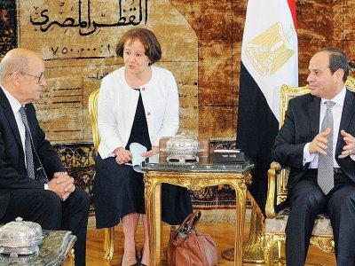 Jean-Yves Le Drian rencontre le président égyptien Abdel Fattab al-Sissi au Palais présidentiel au Caire, sur une photo fournie par la présidence egyptienne le 8 juin 2017 - Handout [EGYPTIAN PRESIDENCY/AFP/Archives]