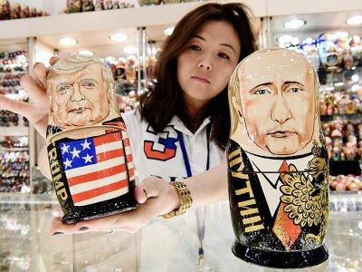 Une poupée-gigogne représentant Donald Trump et une autre Vladimir Poutine dans un magasin de Moscou le 6 juillet 2017.    Kirill KUDRYAVTSEV [AFP]