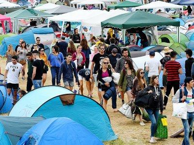 """Des festivaliers arrivent au camping de Carhaix-Plouger, au 2e jour des """"Vieilles Charrues"""", le 14 juillet 2017    FRED TANNEAU [AFP]"""