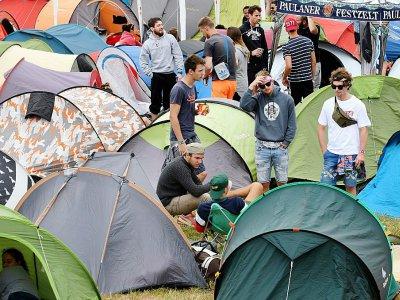 """Des festivaliers au camping de Carhaix-Plouger, au 2e jour des """"Vieilles Charrues"""", le 14 juillet 2017    FRED TANNEAU [AFP]"""