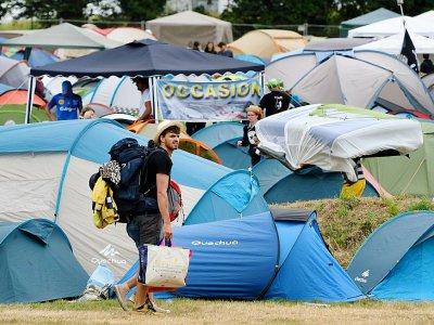 """Un festivalier arrive au camping de Carhaix-Plouger, au 2e jour des """"Vieilles Charrues"""", le 14 juillet 2017    FRED TANNEAU [AFP]"""