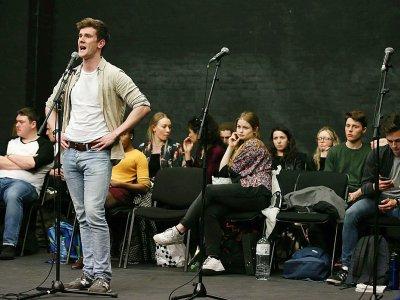Des élèves de la Royal Central School of Speech and Drama lors d'une répétition, le 24 février 2017 à West End, le quartier londonien des théâtres et comédies musicales - Daniel LEAL-OLIVAS [AFP]