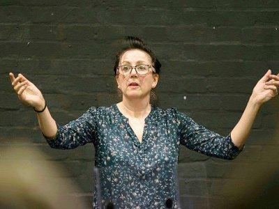 Wendy Gadian, responsable du cursus comédie musicale de la Royal Central School of Speech and Drama, lors d'une répétition, le 24 février 2017 à West End, le quartier londonien des théâtres et comédies musicales - Daniel LEAL-OLIVAS [AFP]