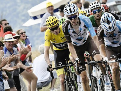 Le leader de l'AG2R Romain Bardet avec le groupe du Maillot jaune dans l'ascension vers lePuy-en-Velay, le  juillet    © Jeff PACHOUD [POOL/AFP]