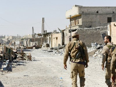 Les Forces démocratiques syriennes (FDS) à Raqa, le 14 juillet 2017, mènent depuis huit mois une offensive en vue de reprendre la ville, avec le soutien de la coalition internationale    BULENT KILIC [AFP/Archives]