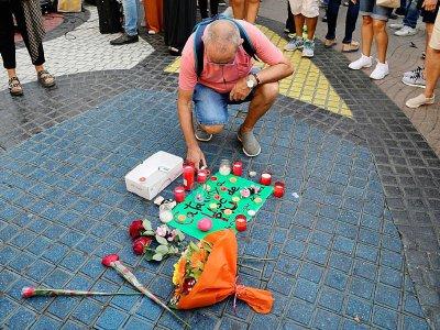 Des passants déposent des fleurs et des bougies sur la Rambla de Barcelone le 18 août 2017 en hommage aux victimes    JAVIER SORIANO [AFP]