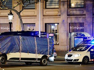 La camionette de l'attaque à Barcelone est remorquée par la police, le 18 août 2017    JAVIER SORIANO [AFP]