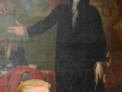 Donald Trump pose devant un tableau de George Washington à la Maison Blanche, le 27 juillet 2017