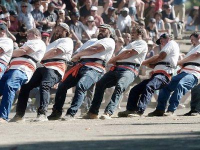 Des Basques participent au tir à la corde le 20 août 2017 à Saint-Palais dans le sud ouest de la France, le 20 août 2017 - IROZ GAIZKA [AFP]