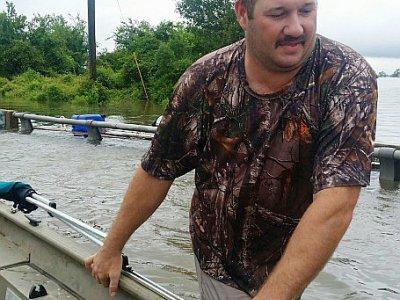 Mike Magee va secourir avec son bateau des amis menacés par Harvey, près de Hamshire, au Texas, le 28 août 2017    Jennie MATTHEW [AFP]