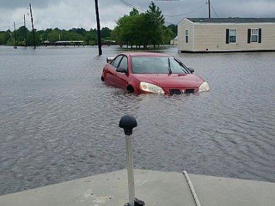Une voiture submergée par les inondations près de Hamshire, au Texas, le 28 août 2017    Jennie MATTHEW [AFP]